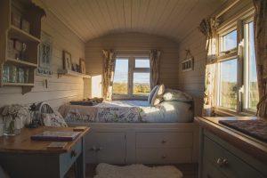 L'intérieure d'une tiny house avec une chambre et un bureau