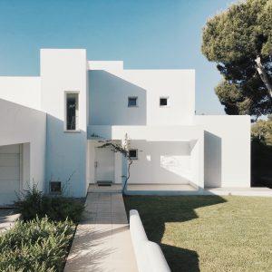 Une maison blanche avec un toit plats et volumes carrés