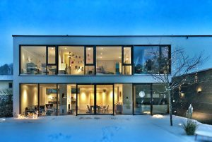 Une gradne maison d'architecte cubique avec baies vitrées