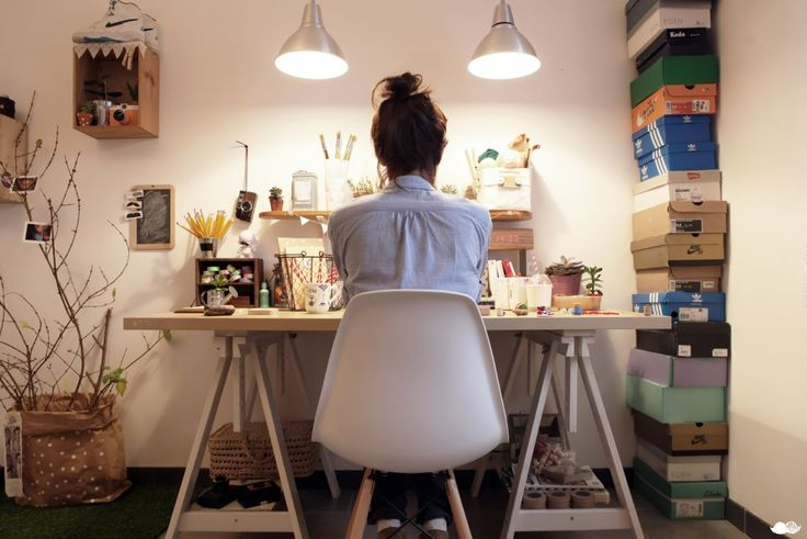 Jeune étudiante à son bureau