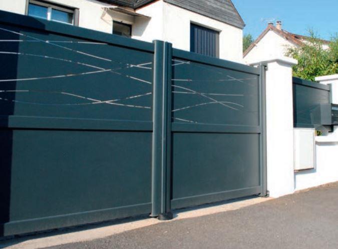 Portail moderne en aluminium à l'entrée d'une maison