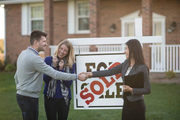 Couple qui achète une maison avec un agent immobilier