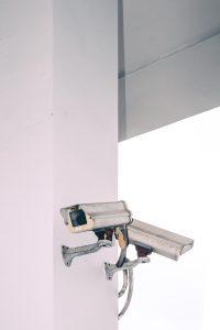 Caméras de surveillance mur blanc