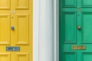 Portes jaune et verte voisinage