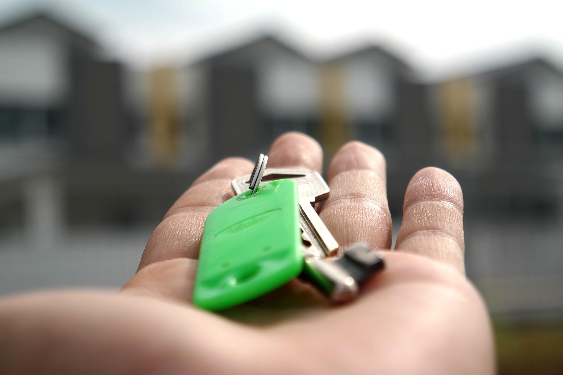 Zoom sur un trousseau de clés posé dans une main