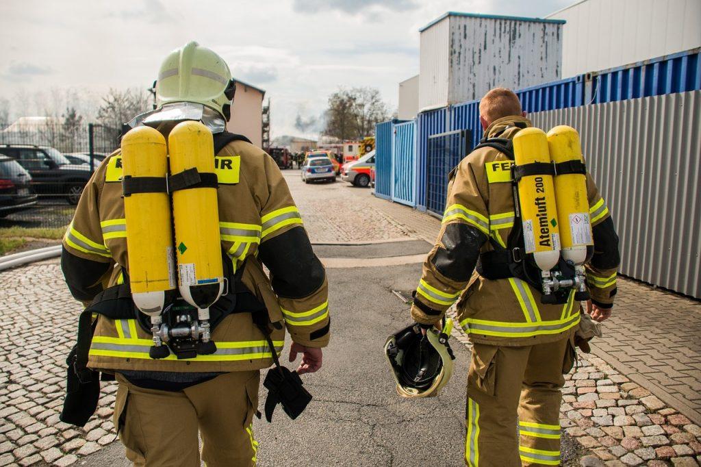 photo de deux pompiers de dos